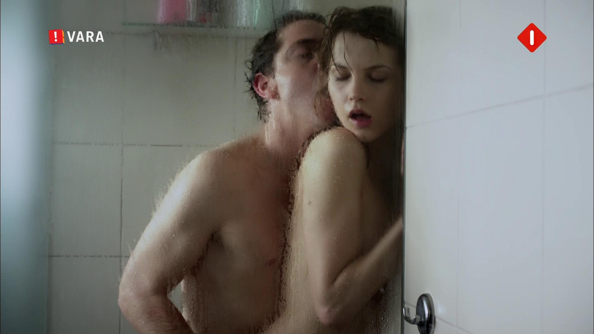 Nederlands dutch blond meisje vingert onder de douche - 1 part 8