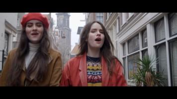 cap_sarah & julia - on my way (vals theme song)_00_02_34_120