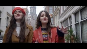 cap_sarah & julia - on my way (vals theme song)_00_02_35_121